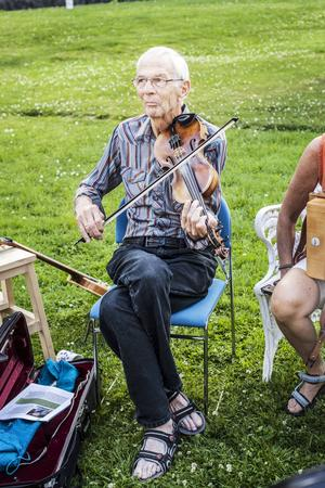 Olle Hemmingsson på fiol.