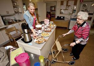 Sandra Holmstedt serverar Ingrid Bergström lite eftermiddagsfika i sommarkaféet. Utan Sandra och de andra skolungdomarna skulle de som bor på Vallongården få fika på sin avdelning.