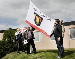 Nu vajar kommunflaggan utanför före detta Kährs. Här hissas den av från vänster, Alf Nordstrand, Roland Bäckman, Kenneth Forssell och Stig Olson.