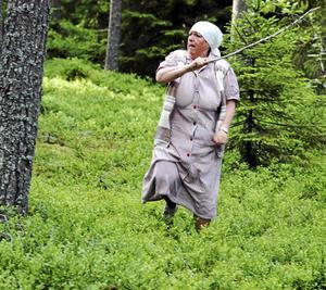 Berit från föreställningen, Promenadteatern 2012. Berit jagar bort ett skogsrå.