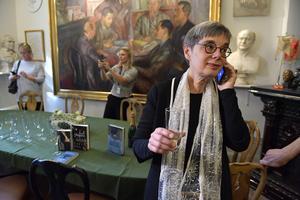Förläggaren Sara Nyström på Wahlström & Widstrand firar att den brittiska författaren Kazuo Ishiguro tilldelas årets Nobelpris i litteratur.