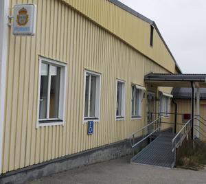 Polisstationen i Sveg är stängd på grund av personalbrist. Temporära lösningar kan göra att den håller öppen en eller två dagar i veckan med inlånad personal.