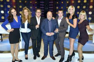 Nye programledaren Kalle Moraeus omgiven av premiärprogrammets medverkande Marika Willstedt, Charlotte Perrelli, Tommy Körberg, Per Andersson, Sanna Nielsen och Angelica Alm.