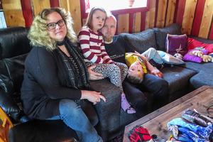 Lena Svensson jobbar heltid som biståndshandläggare i Strömsund. Men utöver det är hon anställd på timmar av Krokoms kommun för att vara barnskötare i sitt hem för brodern Eriks barn Sandra och John.