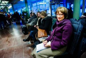 Marlene Ljusberg, från Östersund, fick lite extra tid att förebereda sig inför ett möte när hennes plan som skulle gå 06.30 till Stockholm var försenat.Foto: Ulrika AnderssonDet underkylda regnet ställde till det för flera trafikanter i går förmiddag. Ett tjockt istäcke la sig som en hinna över både bilar och vägar.Foto: Robert Henriksson