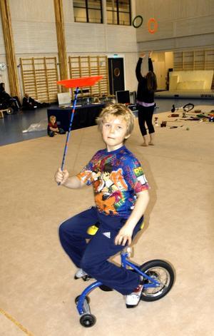 Eget trick. Pontus Andersson tränar på att snurra på tallrik och cykla samtidigt. Han använder en förberedelsecykel innan han börjar med enhjuling.