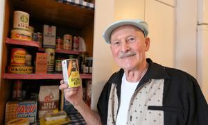 Bullens pilsnerkorv är en av de många matvaruförpackningar som Gösta Jansson räddar  i sitt 50-talsskafferi.