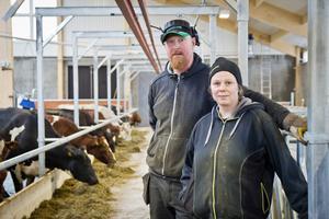 Makarna Mikael och Åsa Berglund investerade i att bygga ny mjölkladugård.