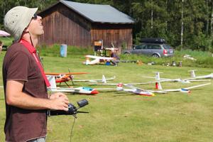Per Takman från Sollentuna har modellflugit sen barndomen men började med segelflyg för 6-7 år sedan. – Det är avslappnande men man måste vara koncentrerad hela tiden, det är lite meditativt, säger han.
