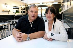 Mikael och Eva Hayden kan ta emot 54 sittande gäster i före detta fiskbutiken. Om alla förberedelser hinns med så öppnar man caféet på måndag
