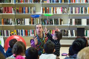 I Fagersta bibliotek hade Roman Kripatov liten cirkusskola där han lärde barnen att snurra tallrikar och jonglera med käglor.