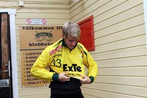 Rickard Ivarsson provar LBK-tröja nummer 33 strax efter att han ritat på ettårskontraktet. Det mesta tyder dock på att han få iklä sig 5:an i vinter...