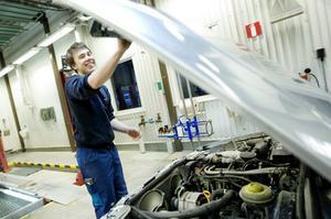 Besiktningstekniker Stefan Andersson är i färd med att kontrollera en av de bilar som kommit in för besiktning på lördag.