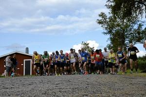 Startögonblicket. 21 kilometer väntar för de 129 löpare som kom till start i den tredje Semesterhalvmaran som utgick från Torp. Bild: JAN WIJK