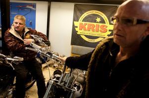 Steve Holm och Lasse Liljegren, kollegor i Kris Örebro. Nu ska Steve meddela Lasse att han aldrig mer är välkommen till föreningen.