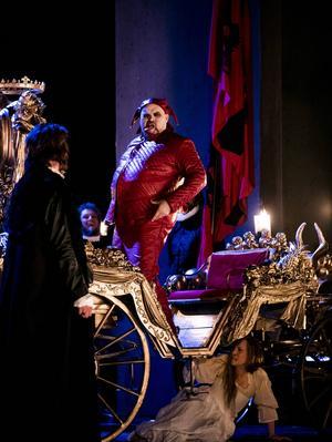 Fredrik Zetterström som Rigoletto på narruppdrag. Under vagnen gömmer sig Monterones dotter (Frida Blommé).