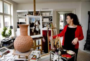Åsa har sin ateljé i en byggnad på gården. Under vintern får dock tavlorna flytta in i huset.