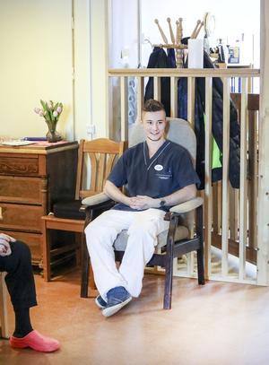 Johnny West har sedan april i fjol aktiverat multisjuka vårdtagare i Backe med olika aktiviteter.