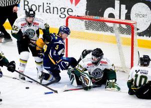 Borlängebacken Mattias Holfve har fått Enköpingsspelarna på knä, men lyckas inte sätta pricken över i. BHF vann skotten med 33–31, Enköping matchen med 5–3.