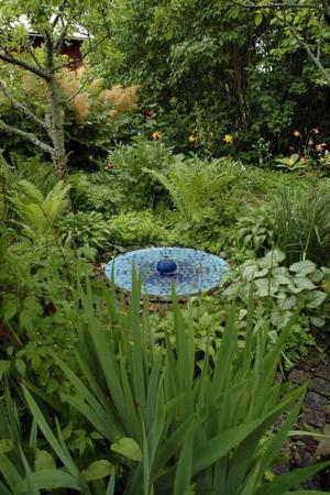 började med bad. Det började med ett fågelbad – en mosaikbeklädd parabol.