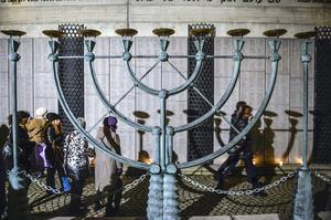En monumental menora (sjuarmad ljusstake) utanför Stora Synagogan i Stockholm vid Judiska församlingens minneshögtid 2015 med anledning av 70-årsdagen av koncentrationslägret Auschwitz befrielse.