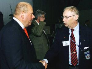 Jordbruksminister Eskil Erlandsson hälsar på Åre kommuns kf-ordförande Erik Arthur Egervärn. De båda Centermännen är gamla riksdagskollegor.  Foto: Elisabet Rydell-Janson