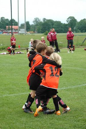 MÅLKALAS. Spelarna i Söderfors kramar om varandra efter att ha gjort mål.