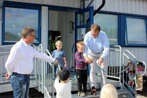 Verksamhetsnämndens ordförande Torsten Medalen fick hjälp att klippa invigningsbandet till Svenstaviks nyaste förskolan, Karlavagnen.