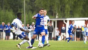 Emil Zoltek kampar om bollen mot flera Västeråsare.