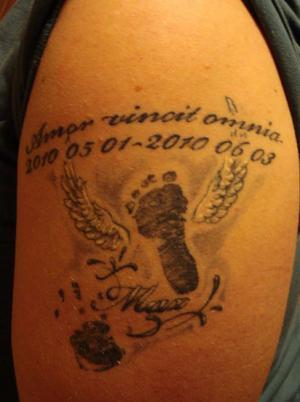 """Därför har vi tatuerat oss med barnmotiv:""""Ett minne av min son""""""""Jag gjorde min tatuering till minne av vår son Max som gick bort den 3 juni i år, drygt en månad gammal. Jag ville att tatueringen skulle vara ganska stor och jag vill kunna bygga ut den när vi får fler barn. Valet av vänster arm är för att den är närmast hjärtat. Jag kände att texten"""