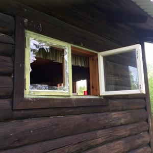 Ett flertal stugor har utsatts för skadegörelse och har fått sina fönster krossade.