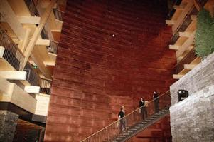Den gigantiska kopparväggen  i lobbyn ger hela rummet ett rödaktigt skimmer.