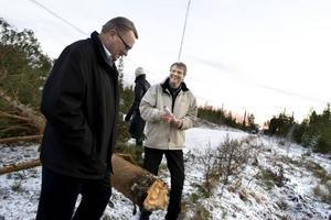 """Sprängningar är spännande. """"Det är nästan så att man hoppas att det blir en storm snart"""", säger entreprenadchefen Nils Westling skämtsamt. I förgrunden står Lars-Rune Öhlund, informationsansvarig på Gävle Energi, och betraktar resultatet av gårdagens övningssprängning i Gävle."""