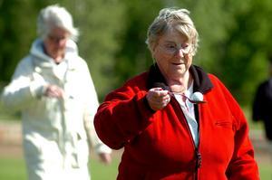Solveig Hörman från Asker-Lännäs PRO-förening darrade inte på manschetten i golfboll på sked tävlingen, trots att hon skuggades av PRO-kollegan Ingrid Carlsson.