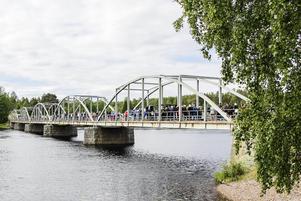 Hela den gamla millenniumbron i Segersta fylldes med folk.