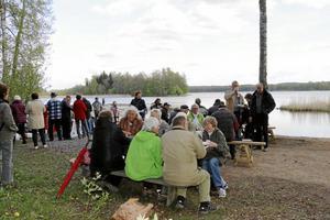 Mat och prat. Vid den nyanlagda badplatsen Hästhagsudden bjöd föreningen Vibybygden på grillat vildsvin och tipspromenad. Foto: Katarina Hanslep