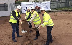 Fler bostäder kommer behövas. Christer Swedhs, Elisabet Nises-Look, Ulrika Liljeberg och Håkan Lindberg tog det första spadtaget för 15 nya hyresrätter bakom Leksands Sparbank förra sommaren.