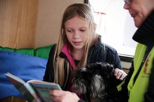 10-åriga Agnes Dalman, som går i årskurs fyra på Vinsbo skola i Morgårdshammar, läser för hunden Ester och pedagogen Gunilla Ekberg.