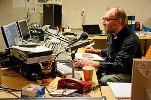 Kyrkradio. Varje fredagsmorgon finns kyrkoherde Per Schmidt i närradiostudion och möter sina församlingsmedlemmar i direktsändning.