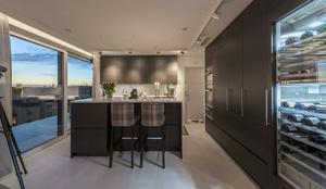 Köket har en egen utgång till altanen.