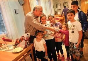Sehmus Yenigun ger godispåsar till barnen.