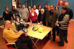 Vetgiriga invandrare i Bräcke tog del av den trafikundervisning som medfdelades dem av FMK:s Göran Westman och Ulla Bergström. Foto: Ingvar Ericsson