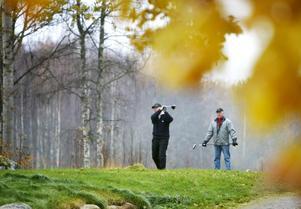Inget hindrar golfarna från att gå en runda i oktober, i alla fall inte Lennart Hjelm och Sven-Erik Gustafsson. Sommargreenerna går att använda så länge frosten håller sig undan.