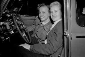 Deltagare i dambilstävling, Saga Björklund och Gunilla Cederwall, 17 maj 1952.Foto: Jan Ehnemark/Stockholm stadsmuseum