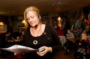"""Rita Koskinen hoppade från början in som en provisorisk ledare för frågesporten, med tiden har det blivit en permanent uppgift och hon lägger många timmar på att förfina veckans frågor. """"Det är viktigt att våga stå på sig och bjuda på sig själv"""", säger hon. Rita berättar att det gäller att formulera frågorna så att stammisarna får något nytt att fundera över och nykomlingar inte får för svårt att hänga med."""