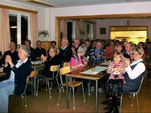 Publiken är hänförd och njuter av den medryckande musiken.