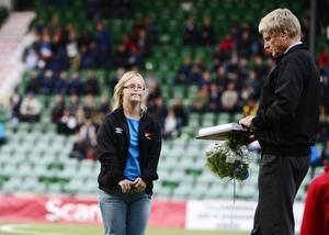 Grattis, Caroline! Västernorrlandsidrottens Ulf Näslund delade i måndags kväll inför drygt 3500 åskådare ut 2012 års andra stipendium till KFUM Kometernas Caroline Näslund.
