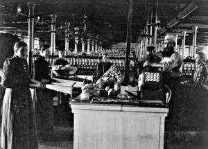 GEFLE MANUFAKTUR PÅ 1890-TALET. Carl Löfgrens farfar, Calle Löfgren, är mannen längst till höger med det stiliga skägget. Carls far, Albert Löfgren, är pojken till vänster. Kanske kan någon av Arbetarbladets läsare berätta mer?