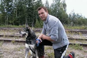Sten Hermansson med jämthunden Abbe, som en gång fick stryk av en björn i Öjung. Det var som väntat. Abbe skällde på avstånd. Hunden får inte gå för nära, säger Sten.