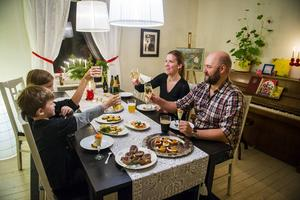 I familjen Jernkrook finns vana provsmakare och Daniel får fina betyg av hustrun Malin och sönerna Sixten och Arvid.